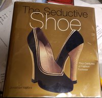 THE SEDUCTIVE SHOE: four centuries of fashion footwear by WALFORD, Jonathan